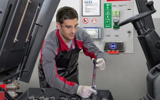 service techniker prueft gabelstapler batterie