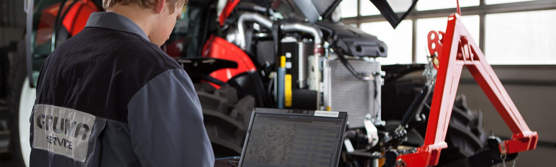 traktor reparatur mit laptop