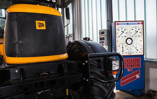 jcb traktor auf bremsenprüfstand