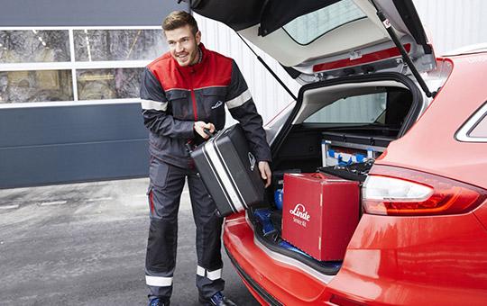 linde servicetechniker mit koffer
