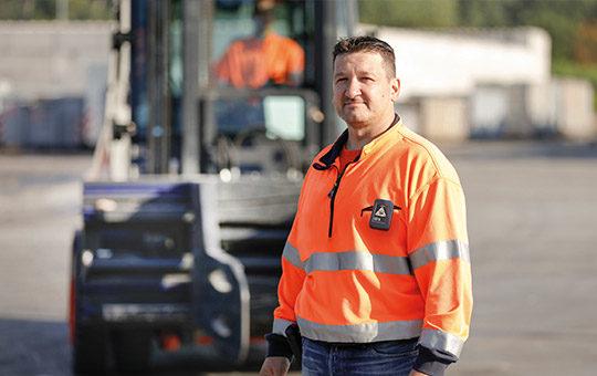 safety guard an orangener warnweste mann vor stapler
