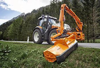 steyr kommunaltechnik traktor am maehen