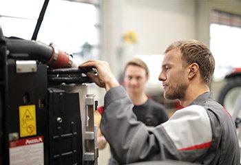 land bau maschine mechatroniker motor mann inspektion anlage