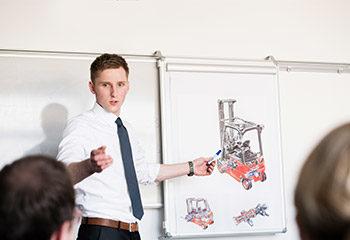 jaehrliche unterweisung fuer gabelstapler mit schuelern whiteboard