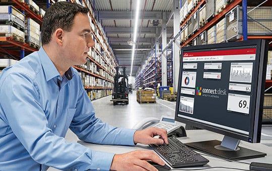 mann vor computer nutzt linde connect