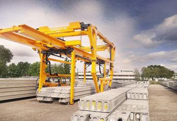 straddle carrier combi sc combilift transportiert betontraeger