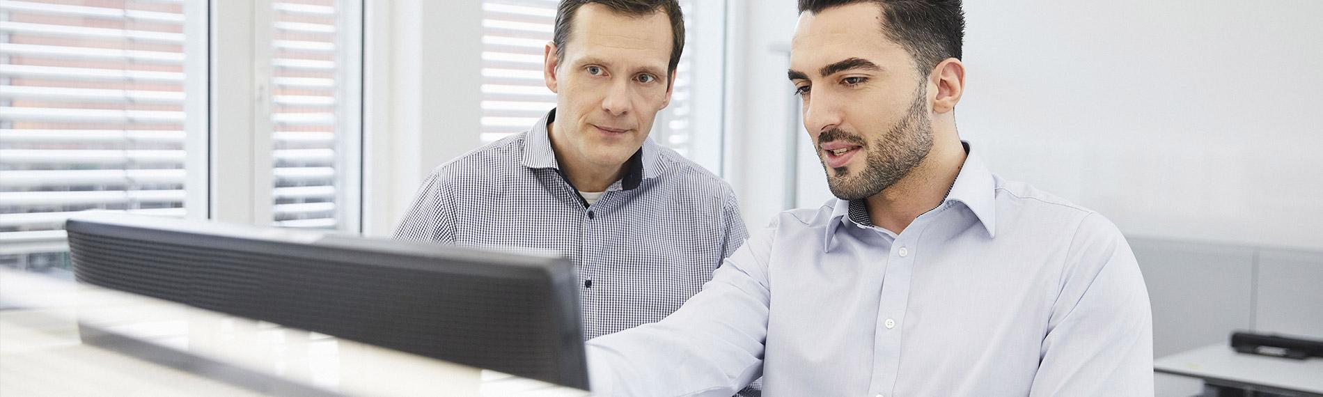 header desktop verkaeufer erklaert kunden etwas am computer