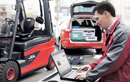 servicetechniker am laptop