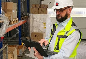 pruefung regal service kontrolle sicherheit weste mann laptop