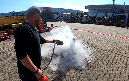 Feuer loeschen Brandschutzhelfer Gruma Akademie2