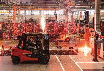 vorschaubild millionster linde gegengewichtsstapler rollt vom band begleitet von einem grossen feuerwerk