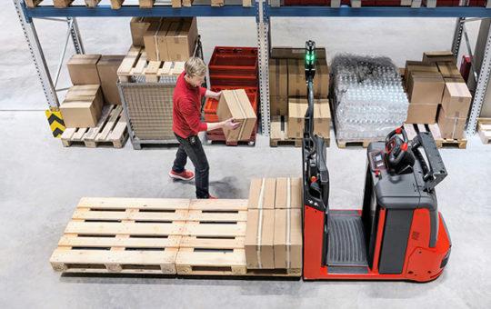 automatischer linde n20 hilft beim kommissionieren von paketen im lager