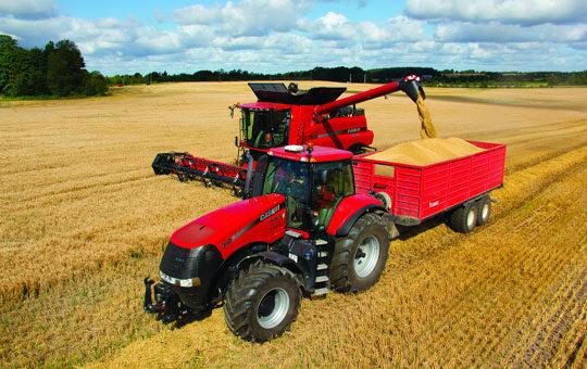 case ih traktor bei ernte auf dem feld