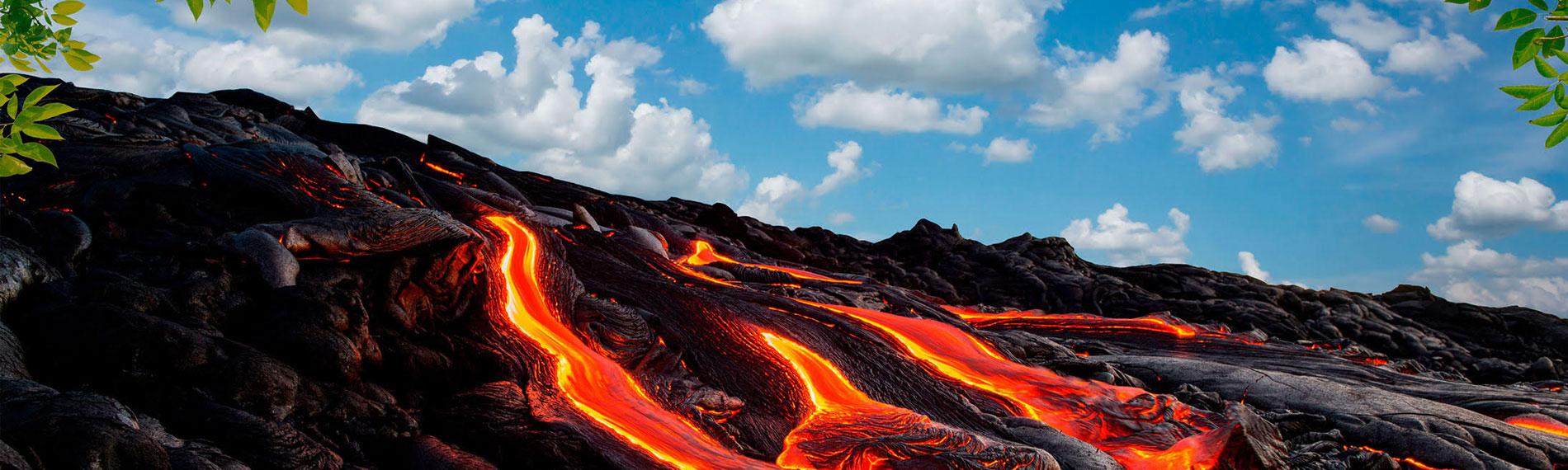 landschaft mit lava blauer himmel und blaetter am rand