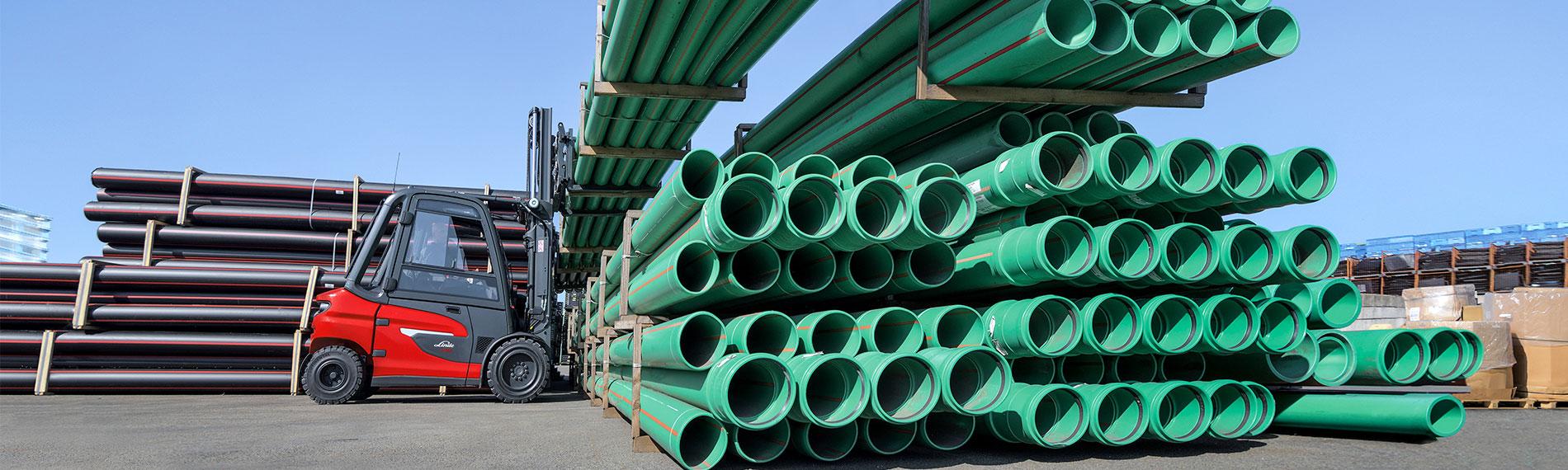 linde x20 x35 gabelstapler transportiert grosse gruene rohre