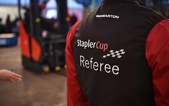 stapler cup challenge 2021 schiedsrichter prueft einhaltung der regeln