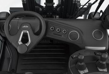 fahrerkabine von innen klimaanlage und bedienkomponenten lenkrad eines staplers linde
