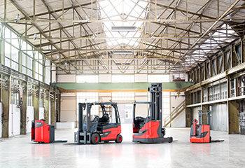 linde produkte stapler niederhubwagen hochhubwagen handhubwagen nebeneinander in lagerhalle