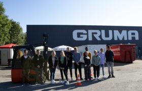 gruppenfoto gruma auszubildende 2021 auf stapler uebungsplatz